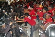 <p>Участники антиправительственной демонстрации прорываются к зданию избирательного комитета Таиланда , 5 апреля 2010 года. Сотни участников антиправительственных демонстраций прорвались к зданию избирательного комитета Таиланда в понедельник. REUTERS/Stringer</p>