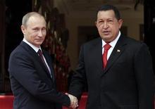 <p>Президент Венесуэлы Уго Чавес и премьер-министр России Владимир Путин в Каракасе 2 апреля 2010 года. Премьер-министр РФ Владимир Путин привез из Венесуэлы предварительные заказы на покупку российских вооружений на общую сумму до $5 миллиардов. REUTERS/Miraflores Palace/Handout</p>