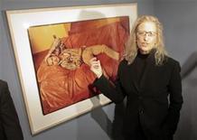 <p>Imagen de archivo de la fotógrafa Annie Leibovitz durante una exhibición de su trabajo en Viena. Oct 29 2009. Una firma neoyorquina de inversiones demandó el lunes a Annie Leibovitz y dijo que la célebre fotógrafa le debe más de 800.000 dólares en cuotas, como parte de su rol en asegurar un nuevo acuerdo financiero para sortear sus deudas. REUTERS/Herwig Prammer/Archivo</p>