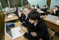 <p>Школьники рассматривают новые ноутбуки на уроке, Калининград 18 февраля 2008 года. Почти у половины жителей России дома есть персональный компьютер, а 38 процентов регулярно пользуются интернетом, подсчитал Всероссийский центр изучения общественного мнения (ВЦИОМ). REUTERS/Sergei Karpukhin</p>