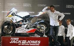 <p>Foto de archivo del actor español Antonio Banderas posando en la presentación de su equipo de motociclismo Jack&Jones de la categoría Moto2 en Madrid. Abr 5, 2010. REUTERS/Andrea Comas</p>