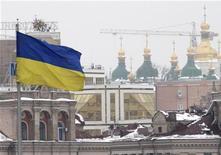 <p>Флаг Украины в центре Киева 18 февраля 2010 года. Власти Украины рассчитывают, что Россия в ближайшие дни согласится снизить цену на газ, и откладывают принятие бюджета на 2010 год, надеясь уменьшить прогнозируемый уровень дефицита до согласованного с Международным валютным фондом уровня в 6 процентов к ВВП. REUTERS/Konstantin Chernichkin</p>