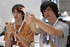 <p>Imagen de archivo de dos jóvenes probando dispositicos de videojuego para la Nintendo Wii en una exposición en Los Angeles, EEUU. Jun 3 2009. REUTERS/Danny Moloshok/Archivo</p>