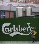 <p>Employés et chauffeurs de la brasserie danoise Carlsberg ont observé une deuxième journée de grève jeudi pour protester contre la limitation de la consommation de bière à la seule pause déjeuner. /Photo d'archives/REUTERS/Nigel Roddis</p>