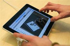<p>Cliente manuseia o iPad em San Francisco. O iPad,computador tablet Apple, nem completou uma semana de vendas, mas já existem 830 videogames desenvolvidos para aproveitar sua tela de toque grande, de alta definição e com áreas múltiplas de acionamento. REUTERS/Robert Galbraith</p>