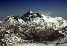 <p>Veduta aerea sull'Everest, la montagna più alta del mondo, con i suoi 8.848 metri. Il 29 maggio 1953 Tenzing Norgay ed Edmund Percival Hillary riuscirono a scalare la cima. REUTERS/Desmond Boylan</p>