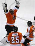 """<p>Хоккеисты из команды """"Филадельфия"""" радуются победе в матче против """"Рейнджерс"""", 11 апреля 2010 года. """"Филадельфия"""" сумела выиграть очный поединок за попадание в плей-офф у """"Рейнджерс"""" в последнем матче регулярного чемпионата Национальной хоккейной лиги. REUTERS/Tim Shaffer</p>"""
