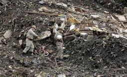 <p>Спасатели работают на месте схода оползня в пригороде Нитероя, Бразилия 9 апреля 2010 года. Спасатели продолжают извлекать из под слоев грязи тела погибших при сходе оползня в Рио-де -Жанейро в минувшую пятницу, произошедшего из-за сильнейших ливней, которых не наблюдалось почти 40 лет. REUTERS/Sergio Moraes</p>