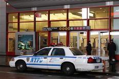 <p>Полицейские стоят перед входом на станцию метро Times Square в Нью-Йорке 29 марта 2010 года. Четвертый подозреваемый в подготовке взрывов в нью-йоркском метро был арестован в Пакистане, сообщили местные СМИ. REUTERS/Lucas Jackson</p>