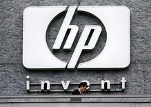 <p>Мужчина проходит мимо штаб-квартиры Hewlett Packard lв Исси-ле-Мулино, Франция 16 сенября 2005 года. Обыски в московских офисах американской Hewlett-Packard Co, прошедшие накануне, связаны с расследованием дела о взятках, которые компания могла давать российским чиновникам, пишет The Wall Street Journal в четверг. REUTERS/Charles Platiau</p>