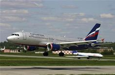 """<p>Самолет компании Аэрофлот Airbus A-320 садится в аэропорту """"Шереметьево"""". Пассажиры Аэрофлота уже летом 2010 года смогут во время полета отправить SMS, прочитать электронную почту и выйти в интернет, и несмотря на то, что большинству из них не по душе перспектива заполучить постоянно говорящего по мобильному соседа, голосовые услуги на борту самолетов в будущем скорее всего тоже появятся. REUTERS/Stringer/Files</p>"""