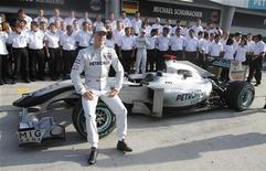 """<p>Пилот """"Мерседеса"""" Михаэль Шумахер позирует для фотографов перед """"Гран-при Малайзии"""" 2 апреля 2010 года. Михаэль Шумахер отмахнулся от критики его выступлений после возвращения в """"Формулу-1"""", сказав, что он еще поборется за титул. REUTERS/Vivek Prakash</p>"""