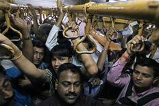 <p>Commuters travel in a suburban train in Mumbai February 24, 2010. REUTERS/Arko Datta</p>