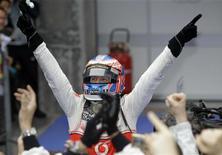 <p>Jenson Button (McLaren) festeggia il suo primo posto al Gran Premio in Cina. REUTERS/Jason Lee (CHINA - Tags: SPORT MOTOR RACING IMAGES OF THE DAY)</p>