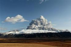 <p>Ashes, smoke, and rocks are thrown skyward as a volcano continues to erupt near Eyjafjallajokull April 17, 2010. An Icelandic volcano that is spewing ash into the air and wreaking havoc on flights across Europe appeared to be easing up on Saturday but could continue to erupt for days or even months to come, officials said. REUTERS/Lucas Jackson</p>