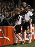 """<p>Игроки """"Фулхэма"""" празднуют гол в ворота """"Вольфсбурга"""" в четвертьфинале Лиги Европы в Лондоне 1 апрелдя 2010 года. Английский """"Фулхэм"""" отправится на полуфинальный поединок Лиги Европы в Германию против """"Гамбурга"""", несмотря на вулканически пепел, парализовавший авиасообщение в Европе. REUTERS/Stefan Wermuth</p>"""