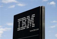 <p>IBM a fait état de résultats trimestriels meilleurs que prévu, tout en revoyant en légère hausse sa prévision de bénéfice par action pour l'ensemble de l'année, accréditant ainsi l'hypothèse d'une reprise durable du secteur technologique. Le chiffre d'affaires a progressé de 5% à 22,9 milliards de dollars, marquant une accélération par rapport à la hausse de 1% enregistrée au trimestre précédent. /Photo d'archives/REUTERS/Rick Wilking</p>