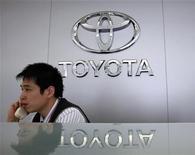 <p>Сотрудник компании Toyota разговаривает по телефону в Тайбэе 15 апреля 2010 года. Toyota Motor Corp объявила об отзыве роскошных джипов Lexus GX 460 на фоне уже произведенных компанией массовых отзывов автомобилей в связи с конструктивными проблемами. REUTERS/Nicky Loh</p>