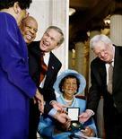 <p>Imagen de archivo de la líder de derechos civiles estadounidenses Dorothy Height, recibiendo la Medalla de Oro del Congreso en Washington. Mar 24 2004. Dorothy Height, líder por largo tiempo del movimiento de derechos civiles estadounidense y presidenta del Consejo Nacional de la organización Negro Women, falleció el martes en Washington, a los 98 años. REUTERS/Larry Downing/ARCHIVO</p>