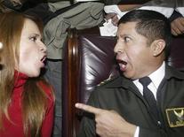 """<p>Конгрессмен Силка Санчес (слева) спорит с полковником Эдисоном Куэва в Кито 13 марта 2007 года. Главный мировой бестселлер по популярной психологии """"Мужчины с Марса, женщины с Венеры"""" вскоре выйдет на широкие экраны. REUTERS/Angelo Chamba</p>"""