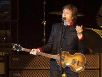 """<p>Imagen de archivo del ex miembro de The Beatles Paul McCartney, en una presentación de su gira """"Up and Coming Tour"""", en Puerto Rico. Abr 5 2010. Paul McCartney dijo el martes que volvería a editar su extenso catálogo posterior a su etapa con The Beatles a través del sello independiente Concord Music Group, dando un golpe a su antiguo distribuidor, EMI Group. REUTERS/Ana Martinez/ARCHIVO</p>"""