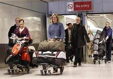 <p>Un grupo de pasajeros arriba proveniente de Vancouver en el primer vuelo en cinco días, debido a la ceniza volcánica, en el aeropuerto de Heathrow en Londres. Abr 20, 2010. REUTERS/Suzanne Plunkett</p>