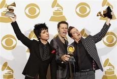 """<p>Foto de archivo de los miembros del grupo Green Day con sus premios al mejor disco rock en los premios Grammy en Los Angeles, ene 31 2010. El nuevo musical de Green Day, """"American Idiot"""", carece de un aura punk, agudeza y originalidad, pero un buen elenco y canciones poderosas lo hacen un entretenimiento decente, dijeron críticos de Estados Unidos en reseñas publicadas el miércoles. REUTERS/Lucy Nicholson</p>"""