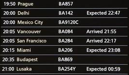 """<p>Информационное табло в аэропорте """"Хитроу"""", пригород Лондона 20 апреля 2010 года. Почти 100 процентов авиарейсов состоятся в Европе в четверг после ослабления ограничений на воздушное сообщение из-за пепельных облаков, извергнутых вулканом в Исландии, сообщило в среду вечером европейское агентство Eurocontrol. REUTERS/Suzanne Plunkett</p>"""