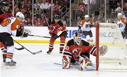 """<p>Нападающий """"Филадельфии"""" Дэнни Бриер (слева) забрасывает шайбу ворота голкипер """"Нью-Джерси"""" Мартина Бродера в матче плей-офф Кубка Стэнли НХЛ в Ньюарке 22 апреля 2010 года. """"Филадельфия"""" вышла в следующий раунд плей-офф Кубка Стэнли Национальной хоккейной лиги, выиграв у """"Нью-Джерси"""" серию до четырех побед со счетом 4-1. REUTERS/Ray Stubblebine</p>"""