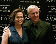 """<p>Imagen de archivo del director James Cameron junto a la actriz Sigourney Weaver, en el lanzamiento de la película """"Avatar"""" en formato Blu-Ray y DVD, en Sao Paulo. Abr 11 2010. Los DVD y discos en formato Blu-ray de la película de James Cameron """"Avatar"""" volaron de los estantes de las tiendas el jueves, en el primer día a la venta en tiendas, a pesar de estar disponibles sólo en formato 2D. REUTERS/Fernando Donasci/ARCHIVO</p>"""
