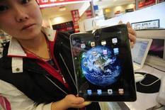 <p>Сотрудница магазина в городе Хэфэй демонстрирует планшетный компьютер iPad от Apple, 22 апреля 2010 года. Спустя всего три недели с момента своего появления на прилавках магазинов долгожданный планшетный компьютер iPad от Apple Inc уже стал жертвой китайских поддельщиков. REUTERS/Stringer Shanghai</p>