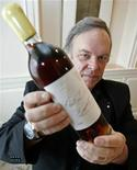<p>Wine critic Robert Parker holds a bottle of wine during an interview at a hotel in Tokyo May 19, 2008. REUTERS/Yuriko Nakao</p>