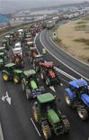 <p>Французские фермеры едут на тракторах по мосту в ходе акции протеста, 16 октября 2009 года. Тысячи французских фермеров-хлебопашцев устроят во вторник в Париже акцию протеста, требуя от правительства незамедлительно повысить цены на продукцию. REUTERS/Steve Bonnet</p>