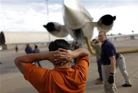 A Guatemalan illegal immigrant prepares to board a plane at a flight operations unit at the Phoenix-Mesa Gateway airport during his deportation process in Mesa, Arizona July 10, 2009. REUTERS/Carlos Barria