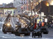 <p>Военная техника движется к Красной площади в Москве во время ночной репетиции парада 27 апреля 2010 года. Власти вводят во вторник масштабные ограничения движения автомобилей в Москве в преддверии парада Победы. REUTERS/Sergei Karpukhin</p>