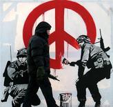"""<p>Мужчина проходит мимо антивоенного стенсила британского зудожника Banksy в Лондоне 28 февраля 2006 года. """"Крыса"""" знаменитого андерграундного художника граффити под псевдонимом Banksy стала жертвой усердного дворника из Мельбурна, который просто закрасил произведение уличного искусства. REUTERS/Toby Melville</p>"""
