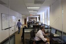 <p>Сотрудники Tradeworx работают в своем офисе в Ред-Банк, штат Нью-Джерси, 17 ноября 2009 года. Иногда работа или ее отсутствие может стать неисчерпаемым источником веселья, доказывают авторы очередного руководства по выживанию в офисе. REUTERS/Mike Segar</p>