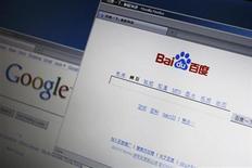 <p>El sitio de internet Baidu es visto desde un computador, sobre la web de búsquedas Google. Abr 29 2010. Baidu, la principal firma de búsquedas online de China, anunció una ganancia trimestral y unas previsiones que superaron las expectativas, después de que la reducción de costos y un nuevo sistema de palabras clave ganaran fuerza tras la reciente retirada de Google de ese país. REUTERS/Bobby Yip</p>
