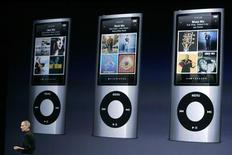 <p>L'ad di Apple Steve Jobs parla delle specifiche dell'iPod Nano alle sue spalle. REUTERS/Robert Galbraith/Files</p>