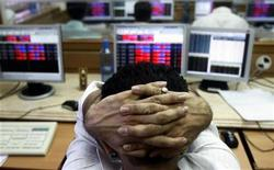 <p>A broker reacts while trading at a stock brokerage firm in Mumbai October 8, 2008. REUTERS/Arko Datta</p>