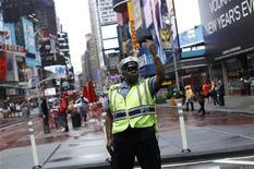 <p>Полицейский на Таймс-сквер в Нью-Йорке 3 мая 2010 года. В Нью-Йорке задержан человек, подозреваемый в попытке взорвать бомбу в машине на Таймс-сквер, сообщило во вторник ФБР. REUTERS/Shannon Stapleton</p>