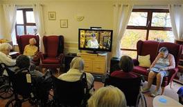 <p>Жители дома для престарелых Gledhow в Лидсе смотрят официальное открытие сессии парламента 18 ноября 2009 года. Британцы в этом году смотрели телевизор на два с половиной часа больше из-за ударившего по карманам финансового кризиса. REUTERS/Nigel Roddis</p>