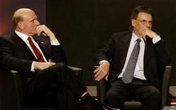 <p>Steve Ballmer, amministratore delegato di Microsoft, e Olli-Pekka Kallasvuo, presidente e amministratore delegato di Nokia, in foto d'archivio. REUTERS/Gustau Nacarino</p>