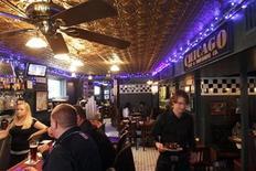 <p>Waiter Doug Jenkins works in Pizzeria Uno in Chicago January 20, 2010. REUTERS/John Gress</p>