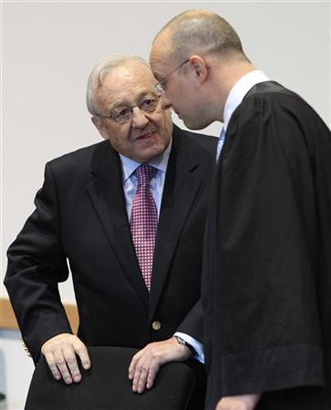 German-Canadian arms dealer Karlheinz Schreiber (L) talks to his lawyer Jan Olaf Leisner in an Augsburg courtroom May 5, 2010. Schreiber, a key figure in a funding scandal which badly damaged Chancellor Angela Merkel's conservatives a decade ago, was sentenced for eight years in prison for tax evasion, fraud and bribery. REUTERS/Michael Dalder (GERMANY - Tags: POLITICS CRIME LAW)