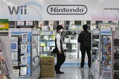 <p>Imagen de archivo de un vendedor caminando frente al sector de Nintendo en una tienda de artículos electrónicos, en Tokio. Ene 28 2010. La japonesa Nintendo registró el primer crecimiento de utilidades trimestrales en más de un año, ayudada por el lanzamiento de un popular juego, pero prevé un segundo año consecutivo de ganancias menores por ventas más débiles de su consola Wii. REUTERS/Toru Hanai/ARCHIVO</p>