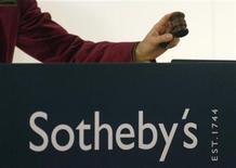 <p>Imagen de archivo de una subasta en la casa Sotheby's, a punto de cerrar la venta, en Zurich. Dic 7 2009. El arte moderno e impresionista recaudó el miércoles, por segundo día consecutivo, fuertes sumas que ayudaron a Sotheby's a elevar sus ventas de primavera a más de 195 millones de dólares. REUTERS/Arnd Wiegmann/ARCHIVO</p>