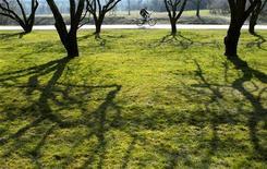 """<p>Мужчина едет на велосипеде в парке """"Коломенское"""" в Москве 23 марта 2007 года. Праздничные выходные в Москве будут теплыми, в субботу будет солнечно, 9 мая в воскресенье синоптики ждут грозу, а в понедельник - кратковременные дожди. REUTERS/Oksana Yushko</p>"""