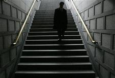 <p>A man walks down the steps of an underground passage in Seoul December 16, 2008. REUTERS/Jo Yong-Hak</p>