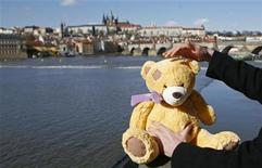 <p>Imagen de archivo de un asistente de una agencia de viajes poniendo un osito de peluche frente al Castillo de Praga, en Praga. feb 27 2010 ¿Está gastado tu oso de peluche favorito por el trajín diario y necesita desesperadamente unas vacaciones? REUTERS/David W Cerny/ARCHIVO</p>